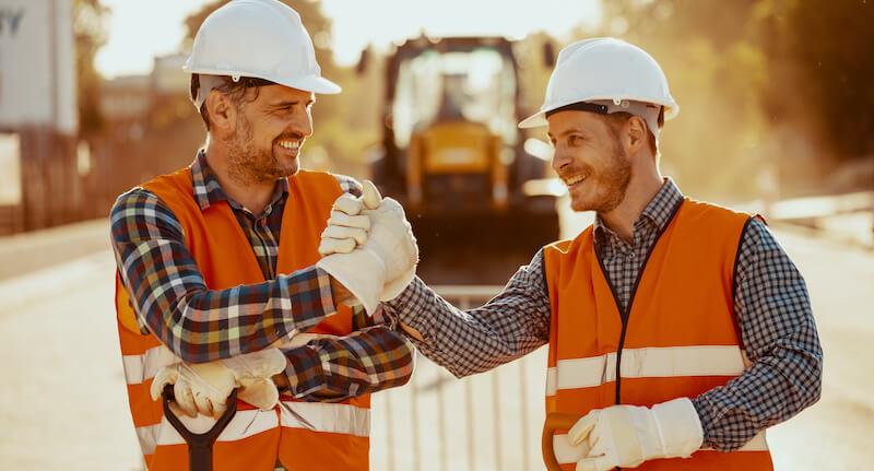 To arbeidere som gjør et handshake